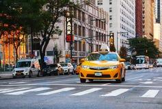 Taxi amarillo en la calle de Manhattan Fotografía de archivo