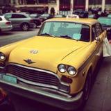Taxi amarillo en las calles de Viena, Austria Fotografía de archivo libre de regalías
