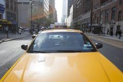 Taxi amarillo en Manhattan Foto de archivo