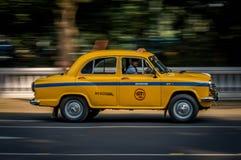 Taxi amarillo icónico en Calcutta Kolkata la India El taxi del embajador es construido cerca imagenes de archivo