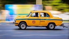 Taxi amarillo icónico en Calcutta Kolkata la India El taxi del embajador es construido cerca imágenes de archivo libres de regalías