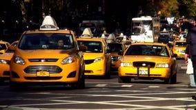 Taxi amarillo que conduce en los paisajes urbanos de Manhattan Nueva York los E.E.U.U.