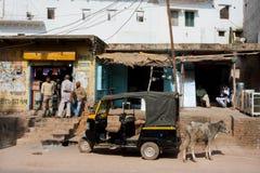 Taxi auto del three-weeler del carrito en la calle Foto de archivo