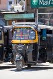 Taxi automatique de pousse-pousse sur une route à Srinagar, Cachemire, Inde Photos libres de droits