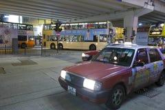 Taxi bajo paso superior en la noche Imagen de archivo