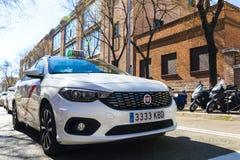 Taxi biały kolor miasto Madryt na miasto ulicach Obrazy Stock