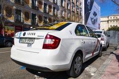 Taxi biały kolor miasto Madryt na miasto ulicach Zdjęcia Stock