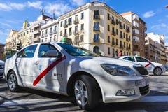 Taxi biały kolor miasto Madryt na miasto ulicach Zdjęcie Royalty Free