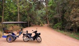 Taxi bij de landweg in Kambodja stock foto's