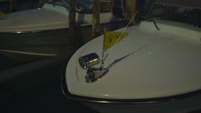 Taxi blanco del barco que oscila en el agua, transporte único en Venecia, noche almacen de metraje de vídeo