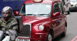 Taxi britannico tradizionale video d archivio