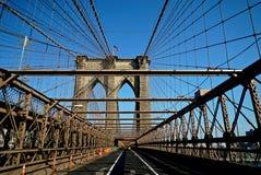Taxi che attraversa il ponte di Brooklyn Immagine Stock