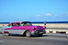 Taxi - Chevrolet que conduce en el ³ n de MalecÃ; La Habana vieja Foto de archivo