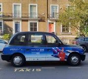 Taxi clásico de Londres con el anuncio de Aeroflot imágenes de archivo libres de regalías