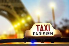 Taxi contra la torre Eiffel Fotos de archivo