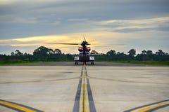 Taxi costero del helicóptero hacia fuera a la pista para la operación de la plataforma petrolera fotografía de archivo