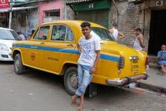 Taxi d'ambassadeur de jaune de Kolkata Photo libre de droits
