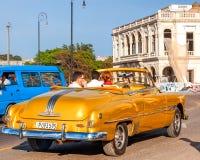 Taxi d'or de vintage à vieille La Havane, Cuba Photo stock