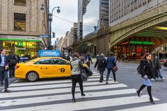 Taxi dans l'intersection image stock
