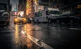 Taxi, das durch nasse Straßen in New York fährt Lizenzfreies Stockbild