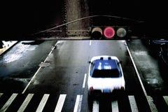 Taxi, das rotes Licht laufen lässt Stockfotografie
