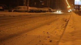 Taxi de Auto die sneeuwde Weg overgaan stock videobeelden