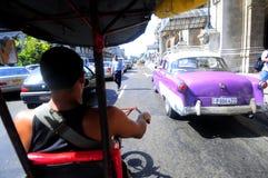 Taxi de Bycicle en la calle de La Habana Imagenes de archivo