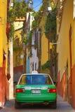 Taxi in de koloniale stad van Mexico Royalty-vrije Stock Fotografie