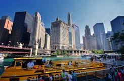 Taxi de l'eau de Chicago sur la rivière Chicago dedans en centre ville images libres de droits