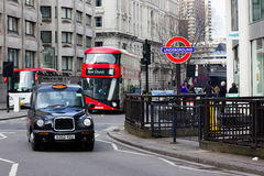 Taxi de Londres, autobus et signe souterrain Images stock