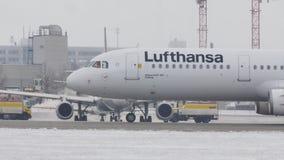 Taxi de Lufthansa A321-100doing en el aeropuerto de Munich