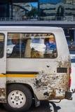 Taxi de minibus avec le passager dans la fenêtre photos stock