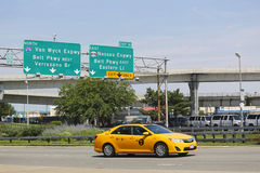 Taxi de New York chez Van Wyck Expressway entrant dans l'aéroport international de JFK à New York Photos stock