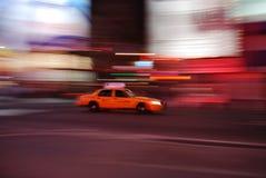 Taxi de New York expédiant par le Times Square photos stock