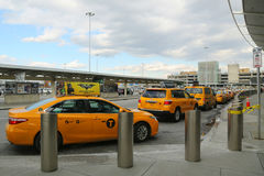 Taxi de NYC sur le terminal 4 de ligne aérienne de delta à l'aéroport international de JFK à New York Photos stock