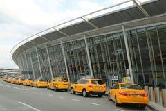 Taxi de NYC sur le terminal 4 de ligne aérienne de delta à l'aéroport international de JFK à New York Image stock