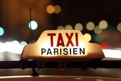 Taxi de París por el Arc de Triomphe Fotos de archivo libres de regalías