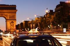 Taxi de Paris par l'arc de Triumph Photos stock