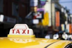 Taxi in de stad stock afbeeldingen