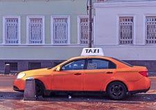 Taxi in de straat van Moskou Stock Foto