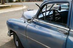 Taxi de taxi bleu de cru à La Havane, Cuba Image stock
