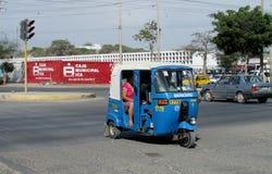 Taxi de tuk de Tuk sur la rue images stock