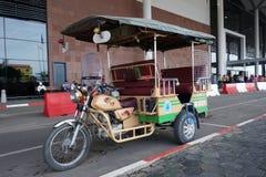 Taxi de Tuk-tuk attendant en dehors de l'aéroport dans Phnom Penh Photo libre de droits