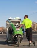 Taxi de vélo à Berlin, l'homme et le pousse-pousse Photo stock