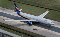 Taxi de voie aérienne d'Aeroflot à l'aéroport i de Phuket Photographie stock libre de droits