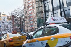 Taxi de Yandex sur la rue Image libre de droits