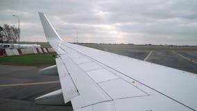 Taxi del aeroplano en aeropuerto metrajes