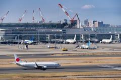 Taxi del aeroplano en aeropuerto foto de archivo libre de regalías