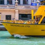 Taxi del agua de Chicago en el río Imágenes de archivo libres de regalías