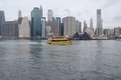 Taxi del agua de Nueva York y horizonte de Nueva York Foto de archivo libre de regalías